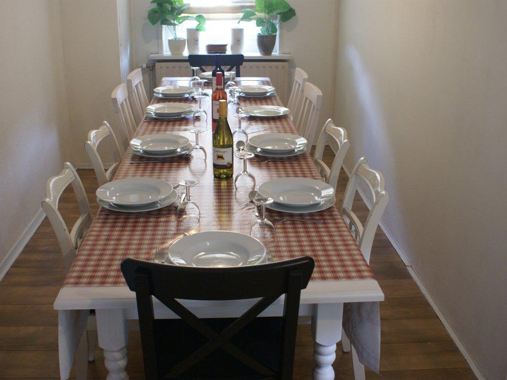 3 grote eettafels met 3 banken en/of 10 stoelen voor elk wat wils!