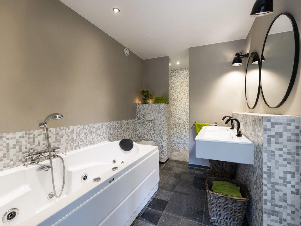 ruime luxe badkamer
